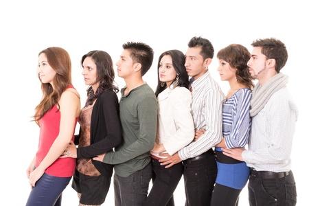 Les gens multi-ethnique debout dans une rang?e isol? sur fond blanc