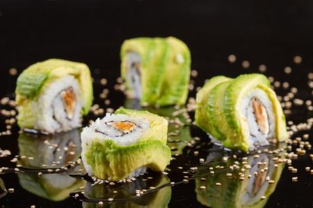 morceaux de sushi sur fond noir Banque d'images