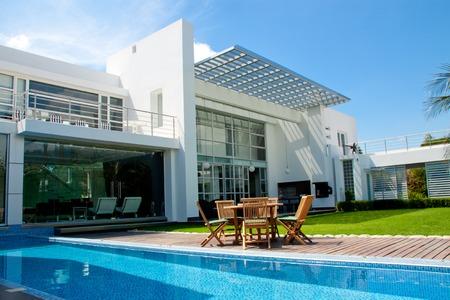 moderne: maison de luxe avec une piscine de jardin et piscine