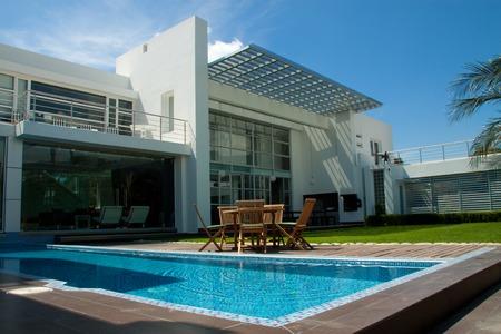 maison de luxe avec une piscine de jardin et piscine