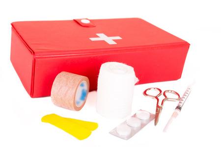 emergencia medica: Un kit de primeros auxilios bien surtido con los elementos esenciales Foto de archivo