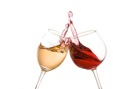 toast verre de vin sur un fond blanc