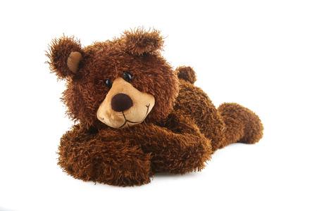 bruine teddybeer met gekruiste armen geïsoleerd op wit