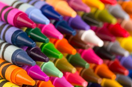 fond de crayons multicolores organisés en rangées gros plan