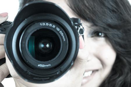 jolie jeune fille tenant la caméra couleur de mise au point sélective tonique bleu