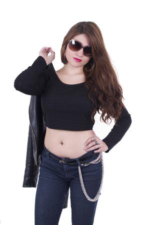 rocker girl: Hermosa chica rocker joven que lleva la chaqueta de cuero sobre el hombro aislado en blanco Foto de archivo