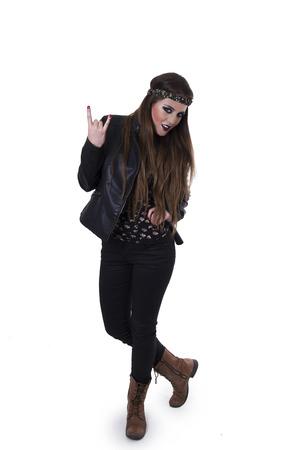 rocker girl: Preciosa joven hippie rebelde rockero chica haciendo un gesto de rock en aislado en blanco