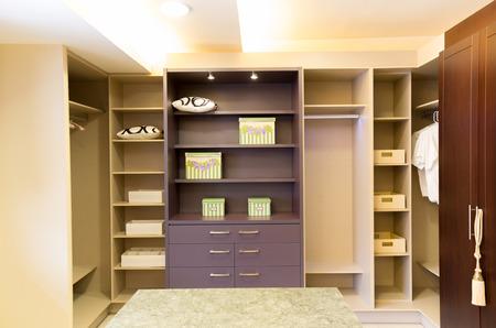 ruime mooie en moderne walk in closet Stockfoto
