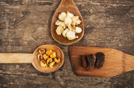 sémola de maíz y nueces de maíz tostado con piel de cerdo en las cucharas de madera de comida tradicional ecuatoriana