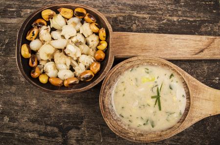 sémola de maíz y nueces de maíz tostado Mote con una salsa de ají tostado en cucharas de madera de comida tradicional ecuatoriana