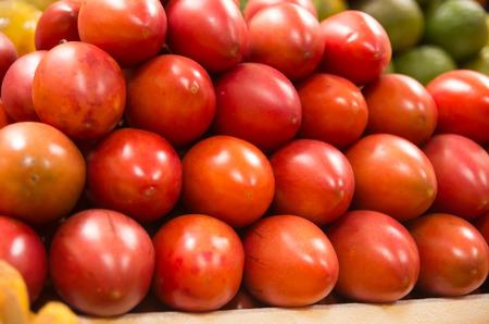tomate de arbol: pila de fresco tamamoro tomate de �rbol, tomate de �rbol en el mercado Foto de archivo