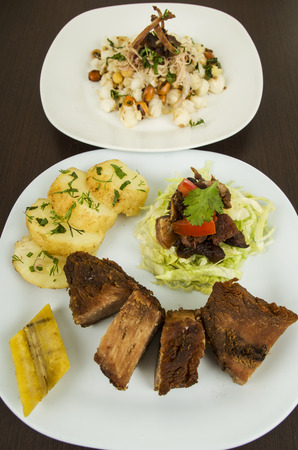 fritada con mote con chicharrón de cerdo frito sémola de maíz tostado de maíz nueces comida típica ecuatoriana Foto de archivo