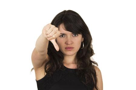 decepci�n: hermosa mujer morena con top negro celebraci�n pulgar hacia abajo concepto de decepci�n negativo aislado en blanco