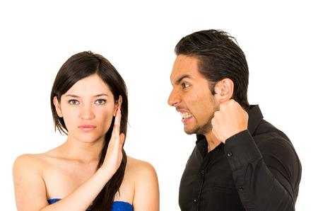 pareja discutiendo: joven mujer infeliz no escucha enojado novio gritos marido aislado en blanco Foto de archivo