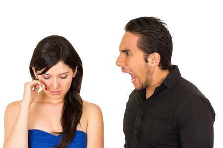 pareja discutiendo: joven y bella mujer llorando mientras novio marido le grita a su aislado en blanco Foto de archivo