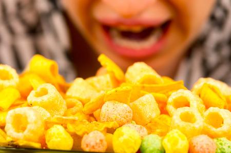 comida chatarra: joven muchacha morena hambre chatarra comer demasiado alimento blanco