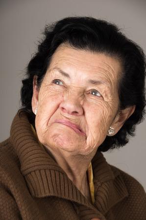 不機嫌そうな不機嫌そうな悲しい女性おばあさんのポートレート、クローズ アップ 写真素材