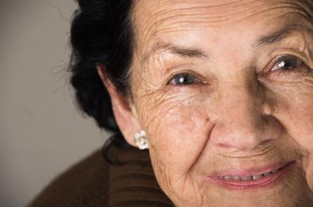 close-up portret van zoete liefdevolle gelukkige oma