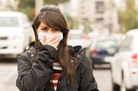 오염의 도시 거리 개념 마스크를 착용하는 어린 소녀 산책의 초상화 스톡 콘텐츠