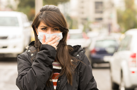 contaminacion aire: Retrato de joven caminando con una m�scara en el concepto de la calle de la ciudad de la contaminaci�n