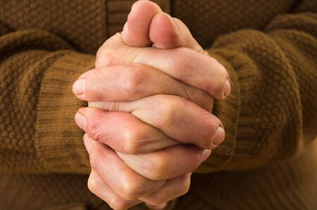 orando manos: disparo de cerca de las manos abuelas orar juntos Foto de archivo