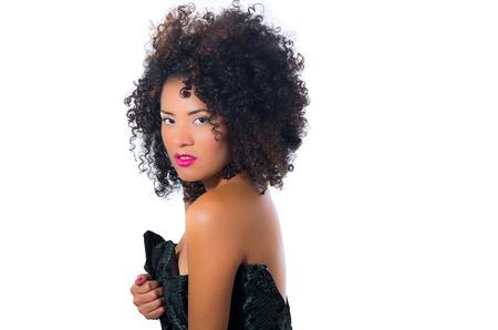 ojos marrones: ex�tica hermosa joven con el pelo rizado oscuro escuchar posando isolateing en blanco Foto de archivo