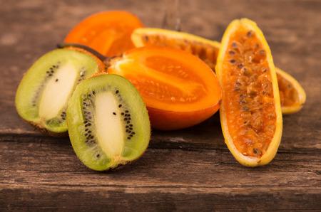 tomate de arbol: rebanadas frescas de kiwi, tomate de �rbol, curuba en mesa de madera