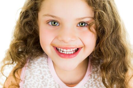 Schattige kleine peuter meisje met chocolade melk snor op wit wordt geïsoleerd