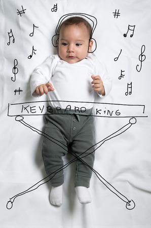 pianista: Bebé lindo bebé esbozado como pianista