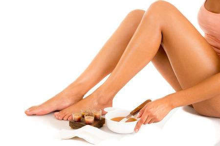 Schöne junge lateinische Frau mit seidige Haut, Konzept der Bein Wachsen, isoliert auf weiß Standard-Bild - 40185947