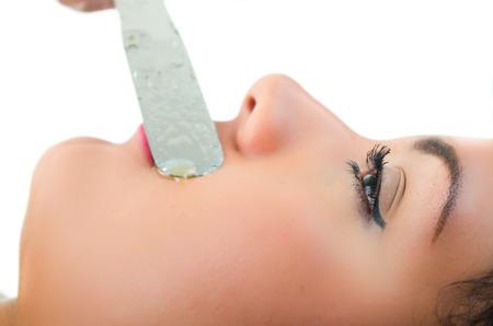 depilacion con cera: Primer tirado de la joven y bella mujer que consigue encerado bigote