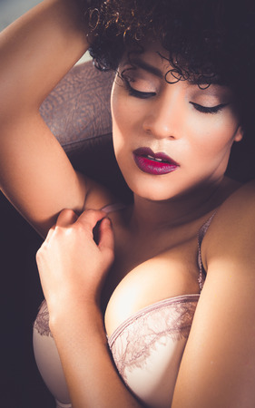 jeune femme nue: gros plan de visage de filles en lingerie avec pose sensuelle Banque d'images