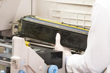 fotocopiadora: Primer disparo de manos técnico fijación roto máquina fotocopiadora