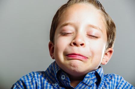 ojos llorando: Retrato del primer de un ni�o peque�o lindo que mira triste llorando Foto de archivo