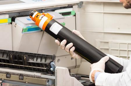 fotocopiadora: Hans tiro del primer cambio de cartucho de t�ner en la m�quina copiadora digital Foto de archivo