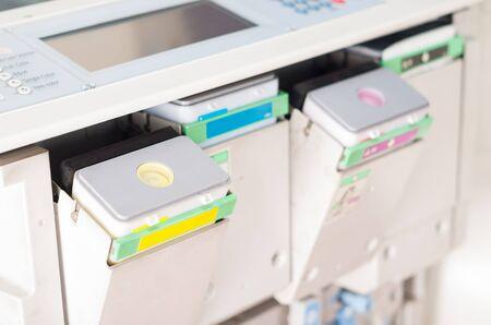 fotocopiadora: disparó de cerca máquina fotocopiadora digital con cartuchos de color Foto de archivo