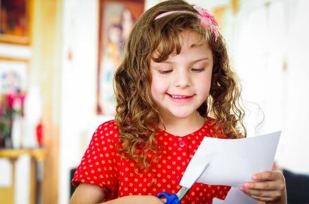 tijeras: Rizado niña de corte de papel con tijeras