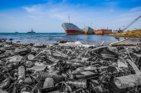 Waste washing on the shores of the beach in city of Colon in Panama Stockfoto