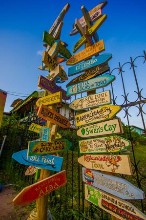 flechas direccion: Poste indicador de distancia en una Isla del Caribe