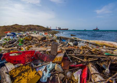 contaminacion ambiental: COLON, PANAM� - 15 de abril, 2015: Desechos y contaminaci�n de lavado en las orillas de la playa en la ciudad de Col�n en Panam�