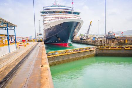"""Colon, PANAMA - 15 april 2015: The Queen Victoria het navigeren door het Panamakanaal, is geclassificeerd als een """"Panamax 'schip, de grootste van het kanaal is geschikt voor. Gatun Locks."""