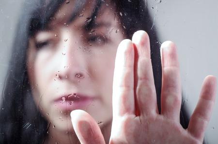 soledad: Muchacha triste detr�s de un vidrio mojado, el concepto de la melancol�a, la soledad
