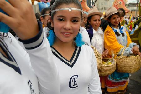 festividades: QUITO, ECUADOR - 05 de diciembre 2010: Grupo de j�venes muchachas de la escuela listos para participar en el desfile del Quito Fiestas '