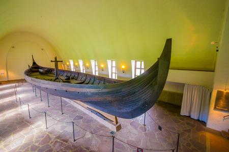 vikingo: OSLO, NORUEGA - 08 de julio 2015: Nave famosa Gokstadskipet presenta en todo su esplendor en el museo vikingo de Bygdoy.