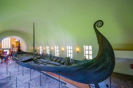 vikingo: OSLO, NORUEGA - 08 de julio 2015: Hermosa preservación de Osebergskipet tal como se presenta en el museo vikingo en Bygdoy, un disparo desde un poco por encima de ángulo.