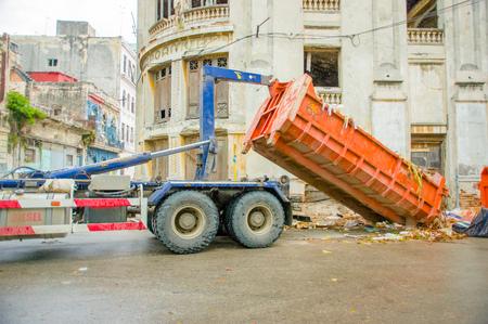 recolector de basura: LA HABANA, CUBA - 02 de diciembre 2013: Residuos veh�culo recolector recoger contenedor de basura de las calles