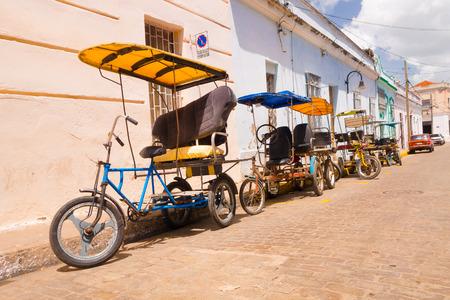 motor de carro: CAMAGUEY, CUBA - 04 de septiembre 2015: bicitaxi, una bicicleta modificada utilizada para el transporte de turistas y bienes como un taxi.