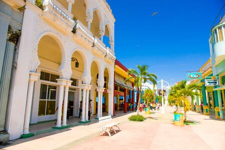 CIEGO DE AVILA, CUBA - SEPTEMBER 5, 2015: Lopende boulevard met opslag binnen de stad in van Ciego de Avila. De stad heeft een bevolking van ongeveer 86.100. Redactioneel