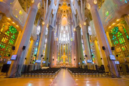 BARCELONA, SPAIN - 8 AUGUST, 2015: Inside spectacular Barcelona church La Sagrada Familia with its stunning gothic details and unique artistic architecture. Zdjęcie Seryjne - 45565507