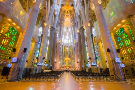 BARCELONE, ESPAGNE - 8 août 2015: A l'intérieur spectaculaire église Barcelone La Sagrada Familia avec ses superbes détails gothiques et l'architecture artistique unique. Banque d'images - 45565507
